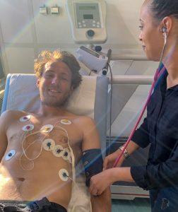 Réalisation d'un électrocardiogramme de repos à Lucas Pouille lors d'un bilan cardiologique.